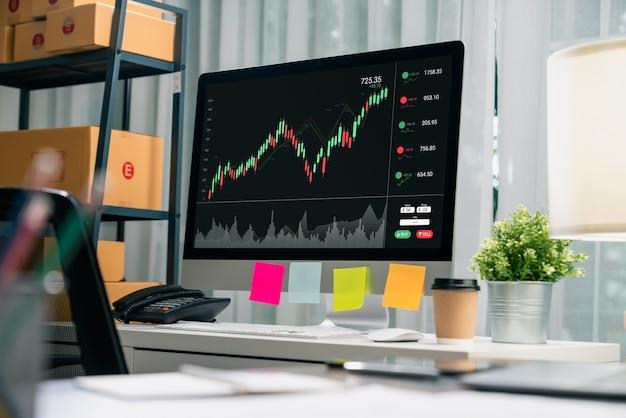 증권 거래소 시장 개념, 컴퓨터 쇼 그래프 분석 초선이 사무실 테이블에 있고, 도표가 화면에 있습니다.