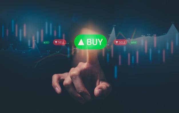 증권 거래소 시장 개념, 트레이딩 아이콘 화면에 손을 대고 그래프 분석 촛불 선을 보케 색상 조명으로 터치합니다.