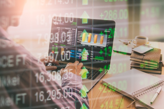 Фондовый рынок и бизнесмен, работающий