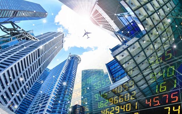 超高層ビルの背景にある証券取引所と無線通信ネットワーク