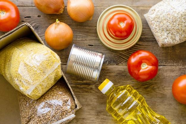 Запас различных продуктов на деревянном фоне