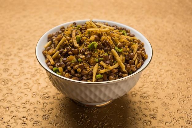 스톡 사진 dalmoth namkeen 또는 masoor dal namkeen ordry snacks 또는 chivda 또는 chiwada 유명한 북부 인디언 스낵