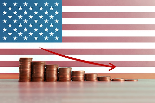 Фото запаса концепции экономического кризиса в сша с нисходящей лестницей монет и флага