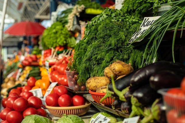 新鮮な野菜や野菜のストックフォトが地元の市場で販売されています。市場での地元の農家の生産。