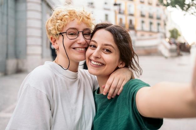 愛するレズビアンカップルのストックフォト。彼らは笑っています。彼らはデート中です。
