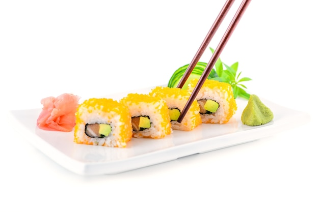 生姜とわさびを添えた箸で皿にマキのストックフォト