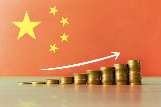 コインとフラグの昇順の階段で中国の経済回復の概念のストックフォト