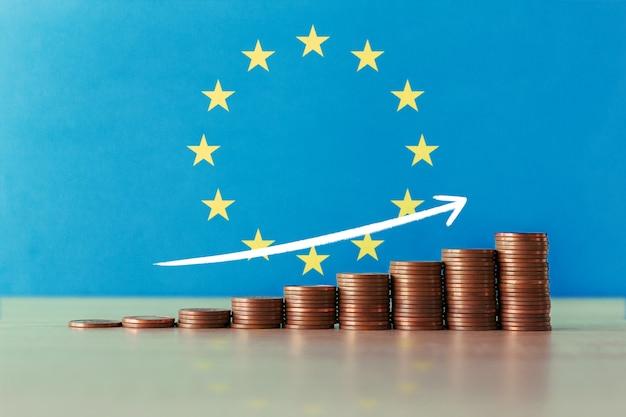 コインとフラグの上昇階段でヨーロッパの経済回復の概念のストックフォト