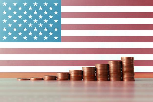 コインとフラグの上昇階段で米国の経済回復の概念のストックフォト
