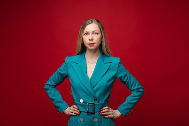 Фото портрет привлекательной светловолосой женщины в зеленом или синем формальном