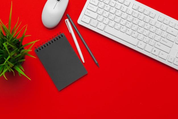 Стилизованный stock photography красный офисный стол с канцелярских и канцелярских принадлежностей