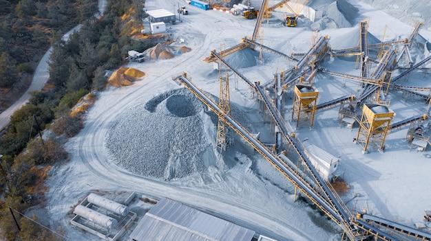 Отвал и конвейеры для сортировки гравия в каменном карьере, вид с воздуха