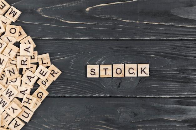 Фондовый слово на деревянном фоне