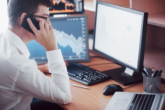 셔츠를 입은 stockbroker는 디스플레이 화면이있는 모니터링 룸에서 일하고 있습니다. 증권 거래소 무역 외환 금융 그래픽 개념. 온라인 주식을 거래하는 기업인.
