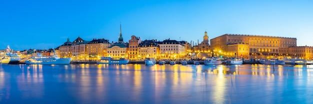 スウェーデン、ストックホルム市の夜のストックホルムの街並み