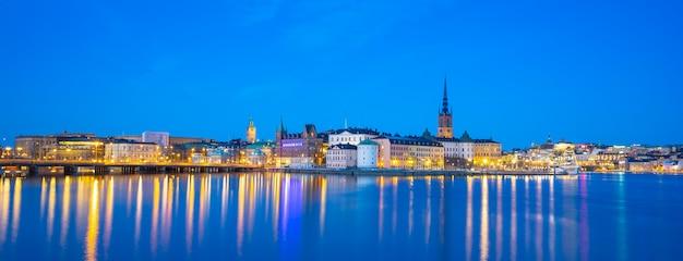 スウェーデン、ストックホルムの夜にガムラスタンの景色を望むストックホルムの街並みのスカイライン