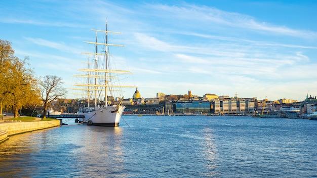 スウェーデン、ストックホルム市の船でストックホルムの街並み