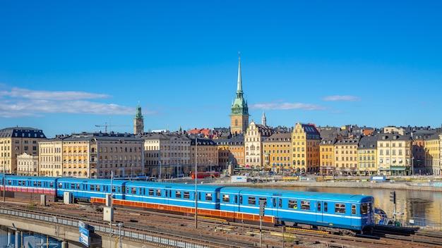 スウェーデン、ストックホルム市の電車とストックホルムの街並み
