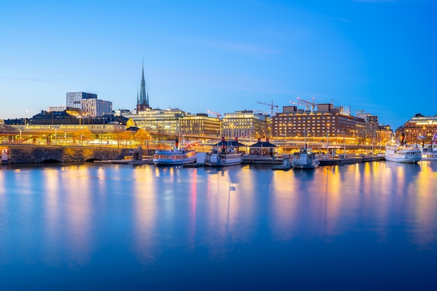 スウェーデンの夜にストックホルム港街のスカイライン