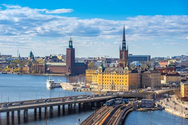 スウェーデン、ストックホルムのガムラスタンの景色を望むストックホルムのスカイライン。