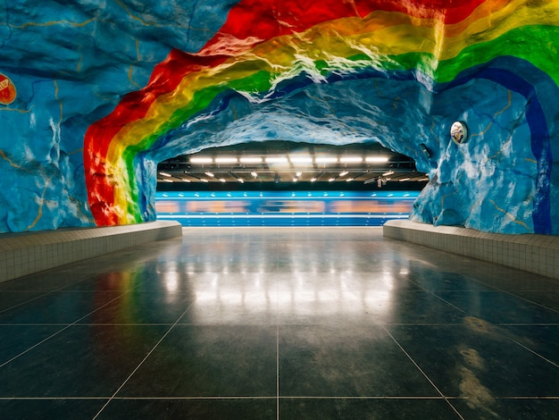 壁にプライドフラグの絵が描かれた地下のストックホルム