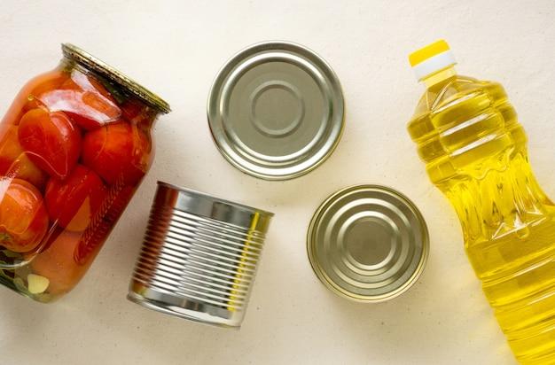 Запасы скоропортящихся продуктов на светлом фоне