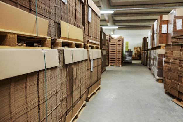 포장을 푼 골판지 상자 재고. 나중에 유통되고 소매 업체 및 도매 업체에 판매되는 상품 포장용 상자의 재고입니다. 적시에 생산, 최적 수준의 원자재 비축