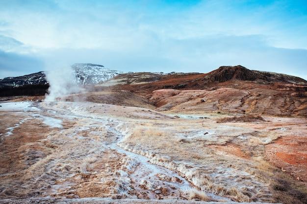 冬のアイスランドのstokkur噴水型間欠泉