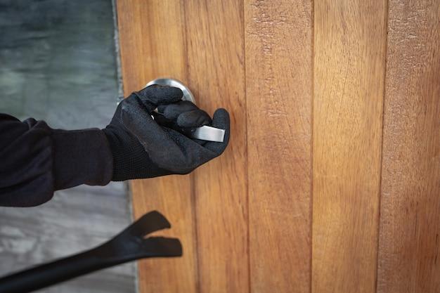 Украл дверь дома с помощью железа.
