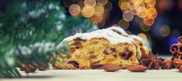 테이블에 stollen 크리스마스 케이크입니다. 선택적 초점입니다. 음식.