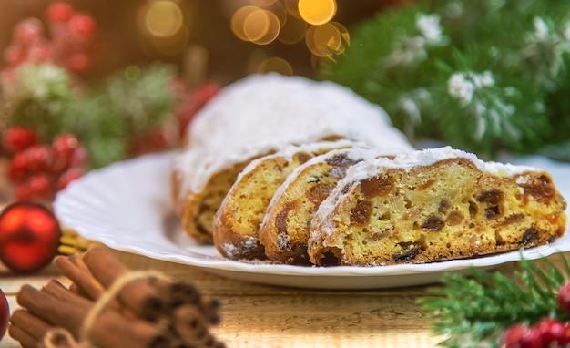테이블에 stollen 크리스마스 케이크입니다. 선택적 초점입니다.