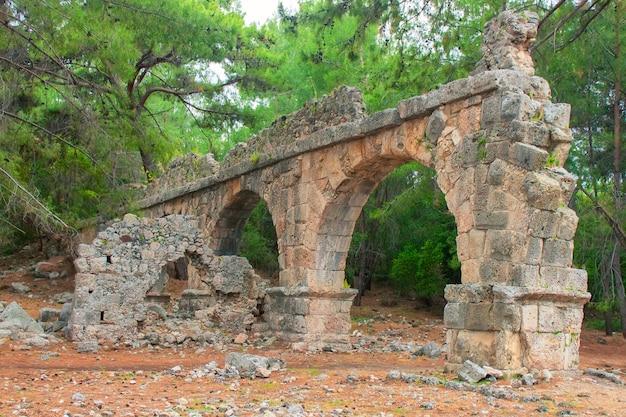 Каменный амфитеатр в древнем городе фазелис. руины древнего фазелиса в турции кемер анталия