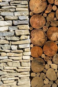 石と木の背景。石造りの柱と木の断面テクスチャを持つ建物。