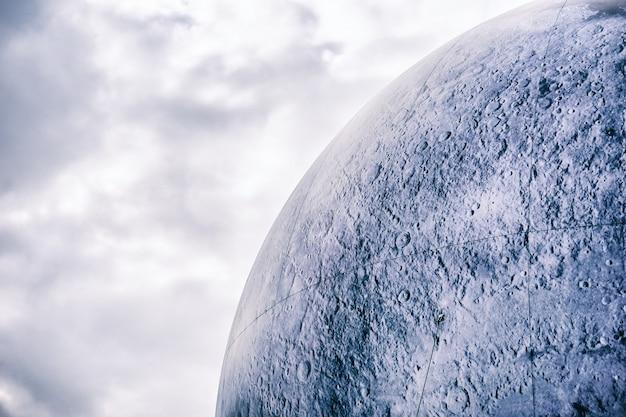 Каменный шар с фоном облака