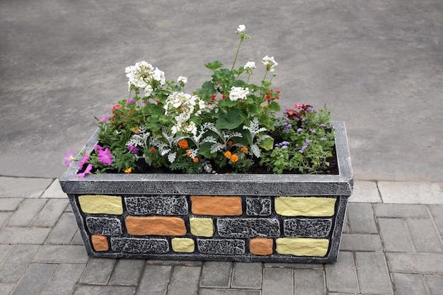 Каменная корзина с цветами на улице