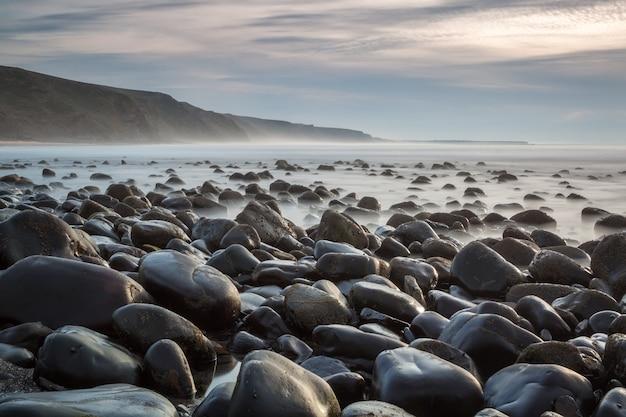 Каменный пляж канала, побережье португалии, деревня алжезур