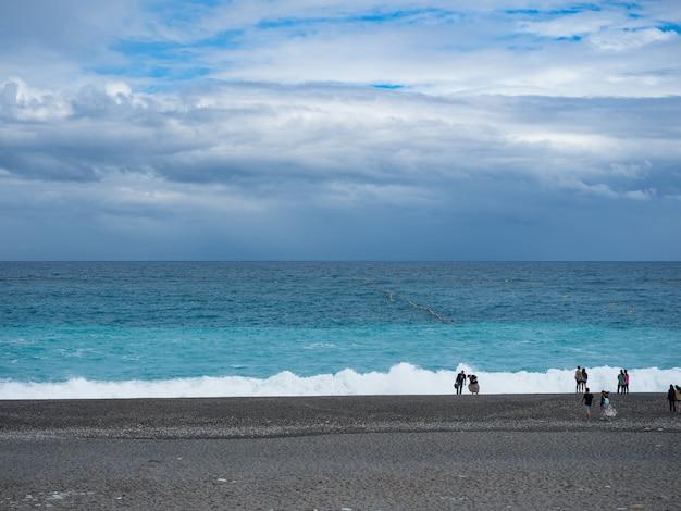 Каменный пляж chihsingtan beach, хуалянь, тайвань.