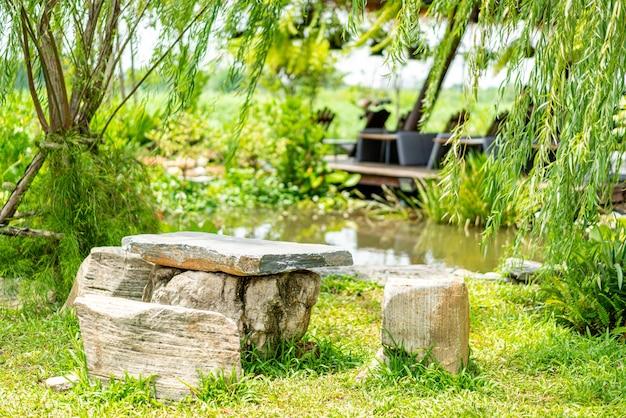 Каменная скамейка и стол в саду