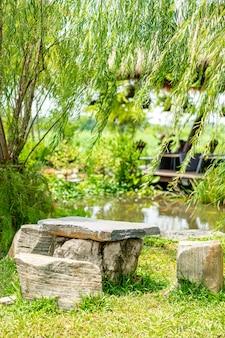 Каменная скамейка в саду