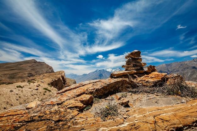 Каменная пирамида из камней в долине спити в гималаях
