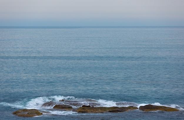 ロシア、コラ半島のバレンツ海の石の岬。