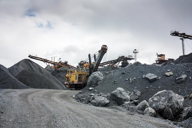 Каменная дробилка в карьере открытой шахты