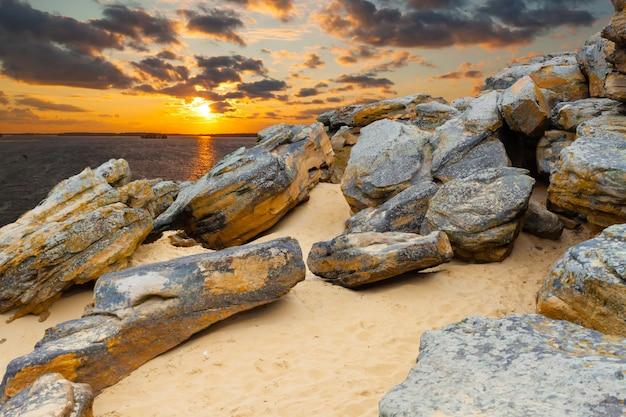 Каменная пустыня на берегу озера на закате