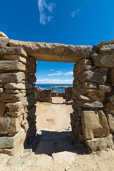 ボリビアのチチカカ湖、太陽の島の石の扉