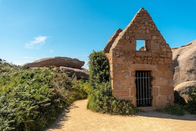 フランスのブルターニュにあるコートダモール県のペロスギレックの町にあるプルマナッコ港の灯台ミーンルス沿いに住む石。