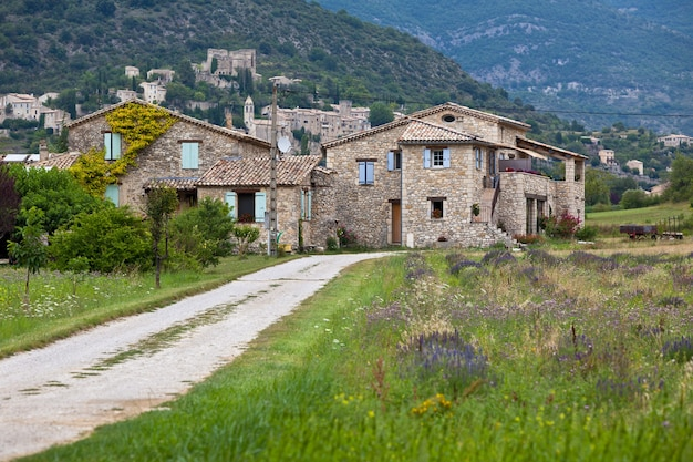 フランス、プロヴァンスの山々にある石造りの農家。横ショット