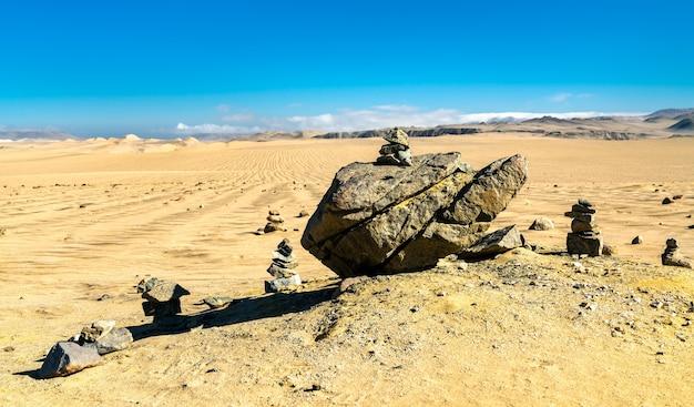 페루 ica의 canyon de los perdidos 근처의 돌 숲