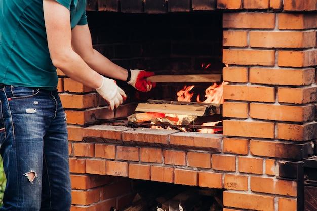 グリルやバーベキュー用の石造りのガーデンオーブンは裏庭にあります。