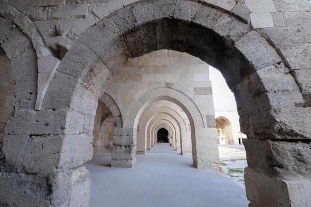 Каменный коридор в караван-сарае султан хан, расположенный в провинции султанхан аксарай, турция