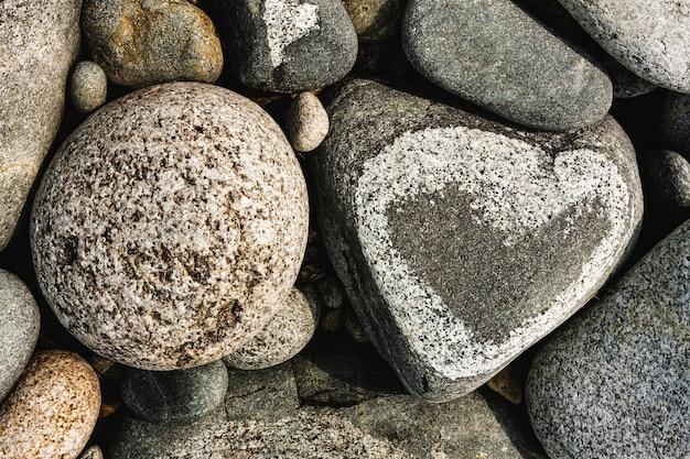 돌 심장, 심장 및 원 모양의 바위 해안에 돌.